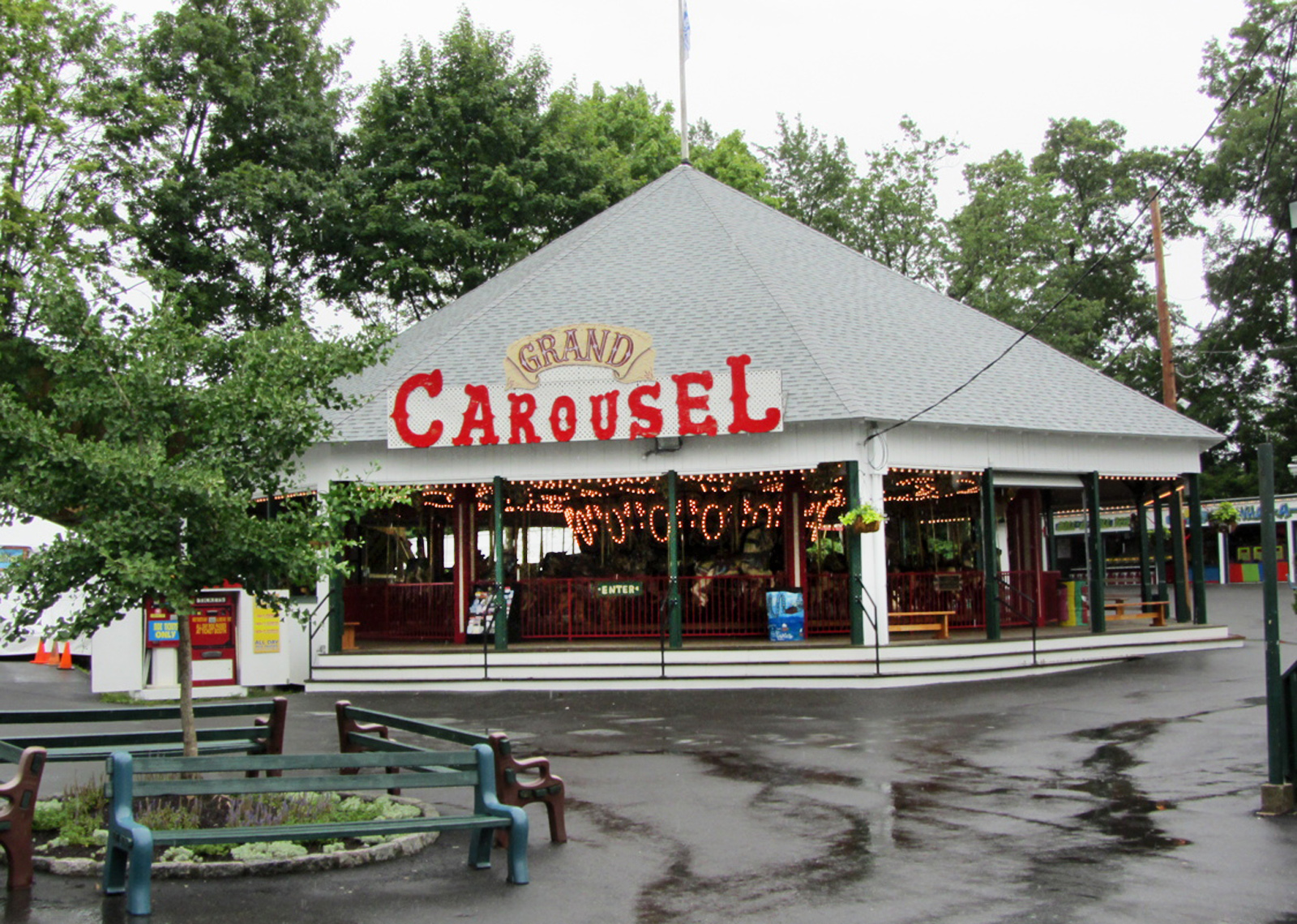 quassy-lake-amusement-park-carousel-building